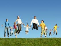 Viele springenden Familien auf dem Gras, Collage stockfoto