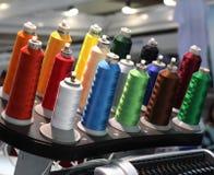 Viele Spulen mit farbigem Faden Bekleidungsindustrie stockfoto