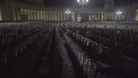 Viele Stühle in St Peter Quadrat für die Leute, die in Römisch-katholische Kirche gehen stock footage