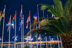 Viele Staatsflaggen, die im Wind auf einer blauer Himmel-Hintergrundextremnahaufnahme durchbrennen Lizenzfreies Stockfoto