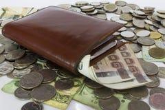 Viele Stapel von Münzenbaht Thailand-Währung in der gelben keramischen Schüssel Stockbild