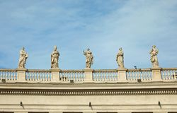 viele Statuen über der Bernini-Kolonnade in Quadrat St Peter s stockfoto