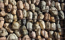 Viele Steine in einem Käfig Lizenzfreie Stockbilder
