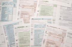 Viele Steuerformulare Stockfotos