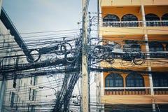 Viele Stromleitungen und Unordnung stockfotos