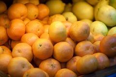 Viele Tangerinen entgegengesetzt Frucht im Supermarkt lizenzfreie stockfotografie