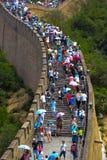 viele Touristen auf der Chinesischen Mauer Stockfotos