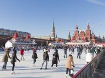 Viele Touristen auf einer Eisbahn auf Rotem Platz Stockfotografie