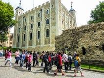 Viele Touristen, die alten weißen Tower von London besuchen stockfotos