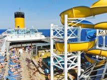 Viele Touristen, die auf der Plattform des Kreuzfahrtschiffs sich entspannen stockfoto