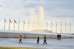 Viele Touristen im Olympiagelände Russland, Sochi Lizenzfreies Stockbild