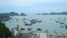 Viele traditionellen Boote kostet im Golf in der Insel Die Stadt an einer Bucht Cat Ba Panoramische Landschaftsansicht stock footage
