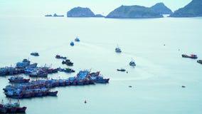 Viele traditionellen Boote kostet im Golf in der Insel Die Stadt an einer Bucht Panoramische Landschaftsansicht der Katze stock video