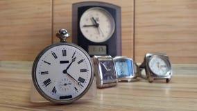 Viele Uhren Timelapse Auf einem hölzernen Hintergrund stock video