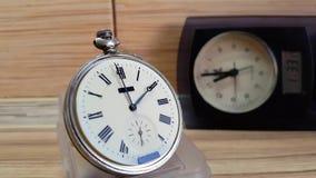 Viele Uhren Timelapse Auf einem hölzernen Hintergrund stock footage