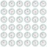 Viele Uhren zeigen unterschiedliche Zeit auf den Skala Stockfoto