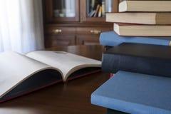Viele unterschiedlichen sortiert farbige und geformte Bücher Lizenzfreie Stockfotografie