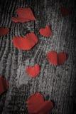 Viele Valentinsgrußherzen auf dem alten Holztisch getont Lizenzfreie Stockfotografie