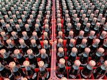 Viele verkohlen oder Coca- Colaflasche in Plastikkisten für geliefert an Kunden stockbilder