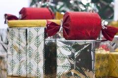 Viele verpackten Geschenkboxen stockfoto