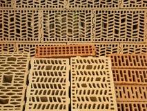 Viele verschiedenen Arten hohle Ziegelsteine des Baus mit Mustern nach innen Proben für Verkauf am diy Speicherlagerdepot stockbild