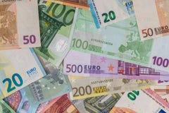 Viele verschiedenen Banknoten der Eurowährung stockfotos