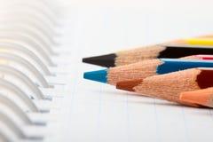 Viele verschiedenen bunten Bleistifte Stockfotografie