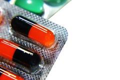 Viele verschiedenen bunten Tabletten in den Streifen medikationen Stockfotos
