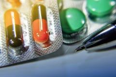 Viele verschiedenen bunten Tabletten in den Streifen medikationen Stockfotografie
