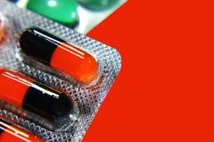 Viele verschiedenen bunten Tabletten in den Streifen medikationen Lizenzfreie Stockbilder