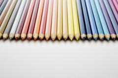 Viele verschiedenen farbigen Bleistifte Lizenzfreie Stockfotos