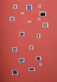 Viele verschiedenen Fenster auf Wand Stockbild