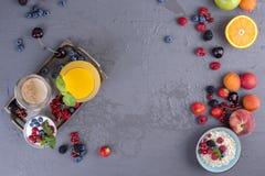 Viele verschiedenen Früchte und Beeren Vitamine und gesundes Lebensmittel Orangensaft in einem Glas, im Jogurt, im muesli mit Bee lizenzfreie stockfotos