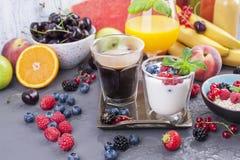 Viele verschiedenen Früchte und Beeren Vitamine und gesundes Lebensmittel Orangensaft in einem Glas, im Jogurt, im muesli mit Bee lizenzfreies stockbild