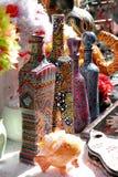Viele verschiedenen Glasflaschen gemalt mit Mehrfarbenpunkten lizenzfreie stockfotografie