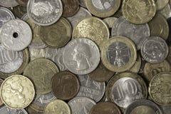Viele verschiedenen Metallmünzen, die auf einander legen Stockbilder