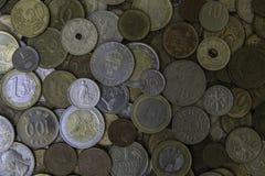 Viele verschiedenen Metallmünzen, die auf einander legen Stockbild