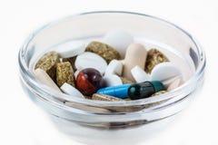Viele verschiedenen Pillen in der Glasschüssel Stockbild