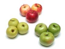 Viele verschiedenen reifen geschmackvollen Äpfel auf einem weißen backgr Stockbilder