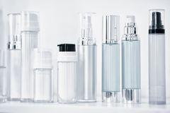 Viele verschiedenen sauberen transparenten drei leeren Plastikflaschen mit Zufuhr pumpen für Parfüme oder für andere Flüssigkeite lizenzfreie stockbilder