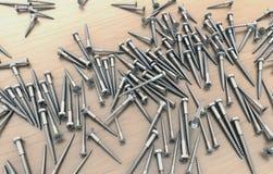 Viele verschiedenen Schrauben am Holztisch über einander Lizenzfreies Stockbild