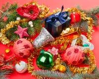 Viele verschiedenen Weihnachtsdekorationen auf Rot lizenzfreies stockfoto