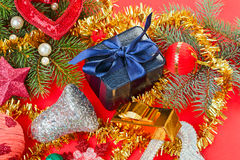 Viele verschiedenen Weihnachtsdekorationen auf Rot lizenzfreies stockbild