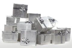 Viele versilbern Geschenke in einem Stapel stockbilder