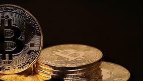 Viele versilbern und goldene bitcoins stock video footage
