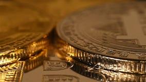 Viele versilbern und goldene virtuelle Münzen bitcoins stock video footage