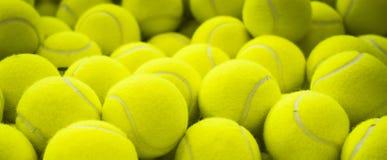 Viele vibrierende Tennisbälle Stockfotos