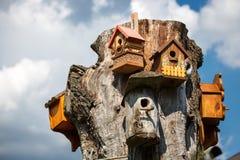 Viele Vogelhäuser auf Holz Lizenzfreie Stockbilder