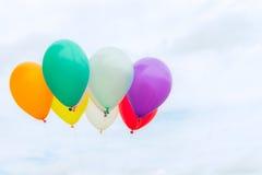 Viele von bunten Ballonen auf dem blauen Himmel, von Konzept der Liebe im Sommer und von Valentinsgruß, Heiratsflitterwochen Stockfoto