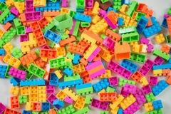 Viele von bunten Blöcken spielen auf dem Boden Lizenzfreie Stockbilder